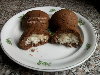 Kókuszgolyó kakaós tésztába burkolva ( Betti-féle ), kókuszreszelékkel töltött kókuszgolyók.