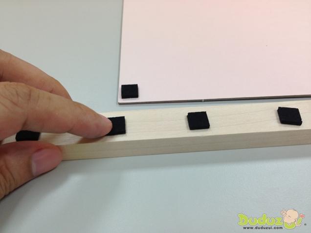 遊戲之前必須先把防滑黏膠分別貼在木橋和遊戲板上
