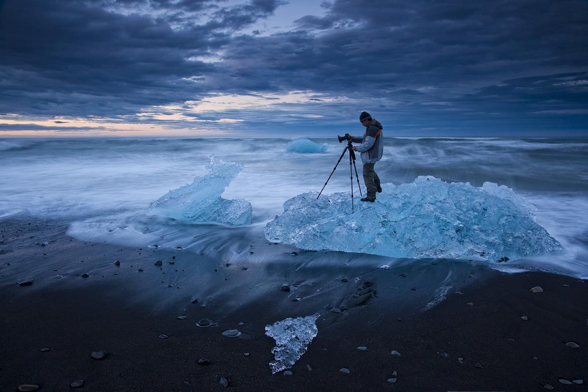 http://4.bp.blogspot.com/-G75UhakV8to/Tob_XBGr3yI/AAAAAAAAA5k/YzeqRpb0D8g/s1600/Photography-on-the-ice-mountain-in-danger-wallpaper.jpg