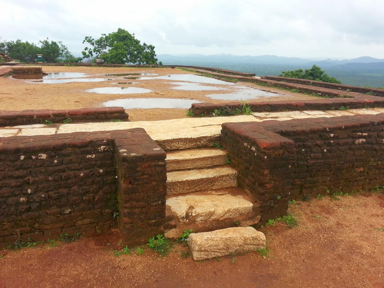 На вершину Сигирии ведет мраморная лестница, верхняя платформа пирамиды, подъем с земли на небо