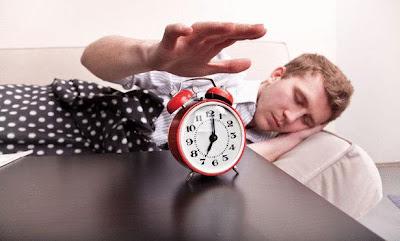 كيف تستيقظ بسهولة في الصباح - رجل يستيقظ من النوم