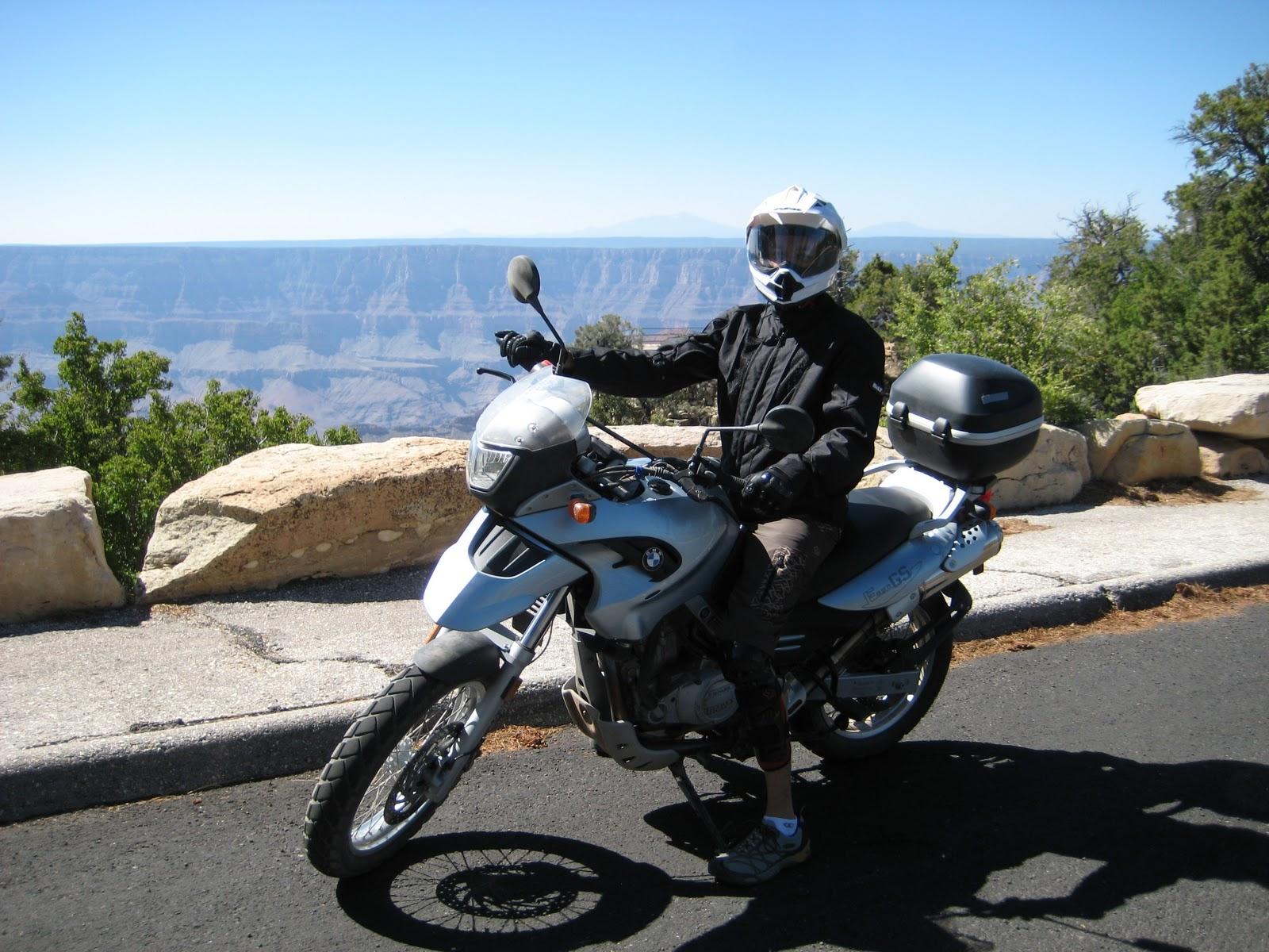 В юбке на мотоцикле огромные груди