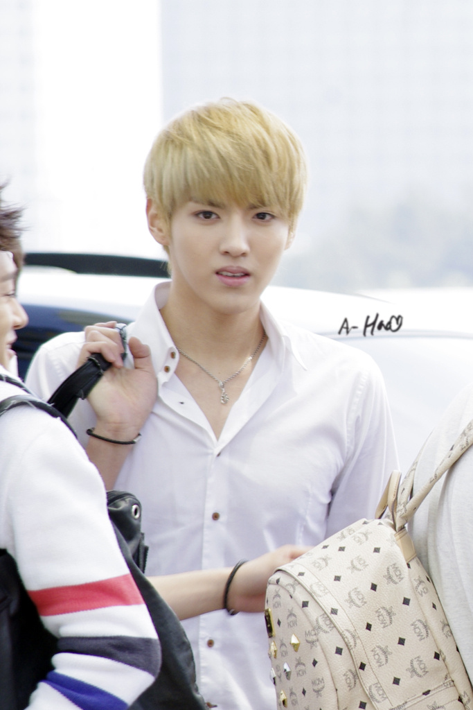 photo at the airport Exo Kris Sleeveless