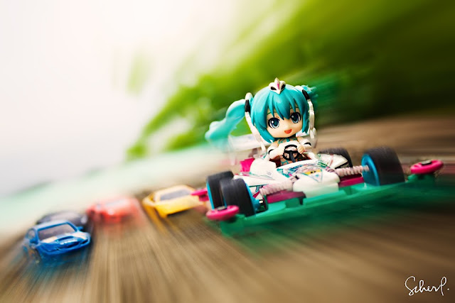 Kawaii! Racing Miku is being chased by supercars!