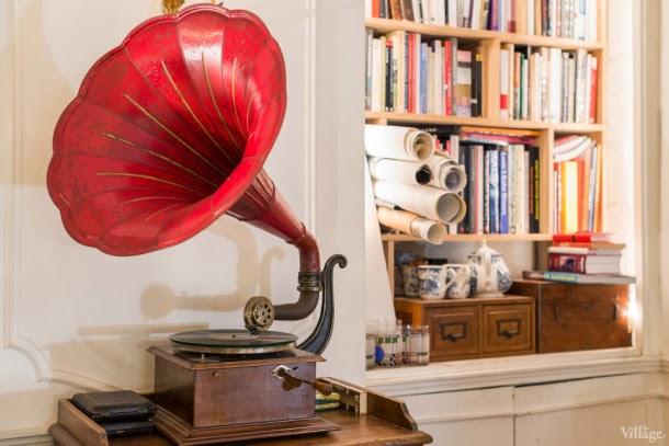 gramófono rojo en el estudio en parís