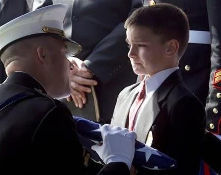 Cậu bé được trao cờ Mỹ tại lễ tang người cha là lính