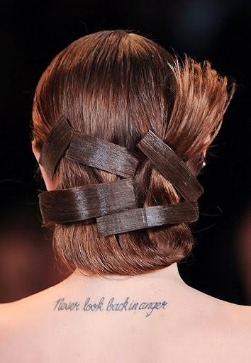 вечерна прическа с вдигната коса и шноли