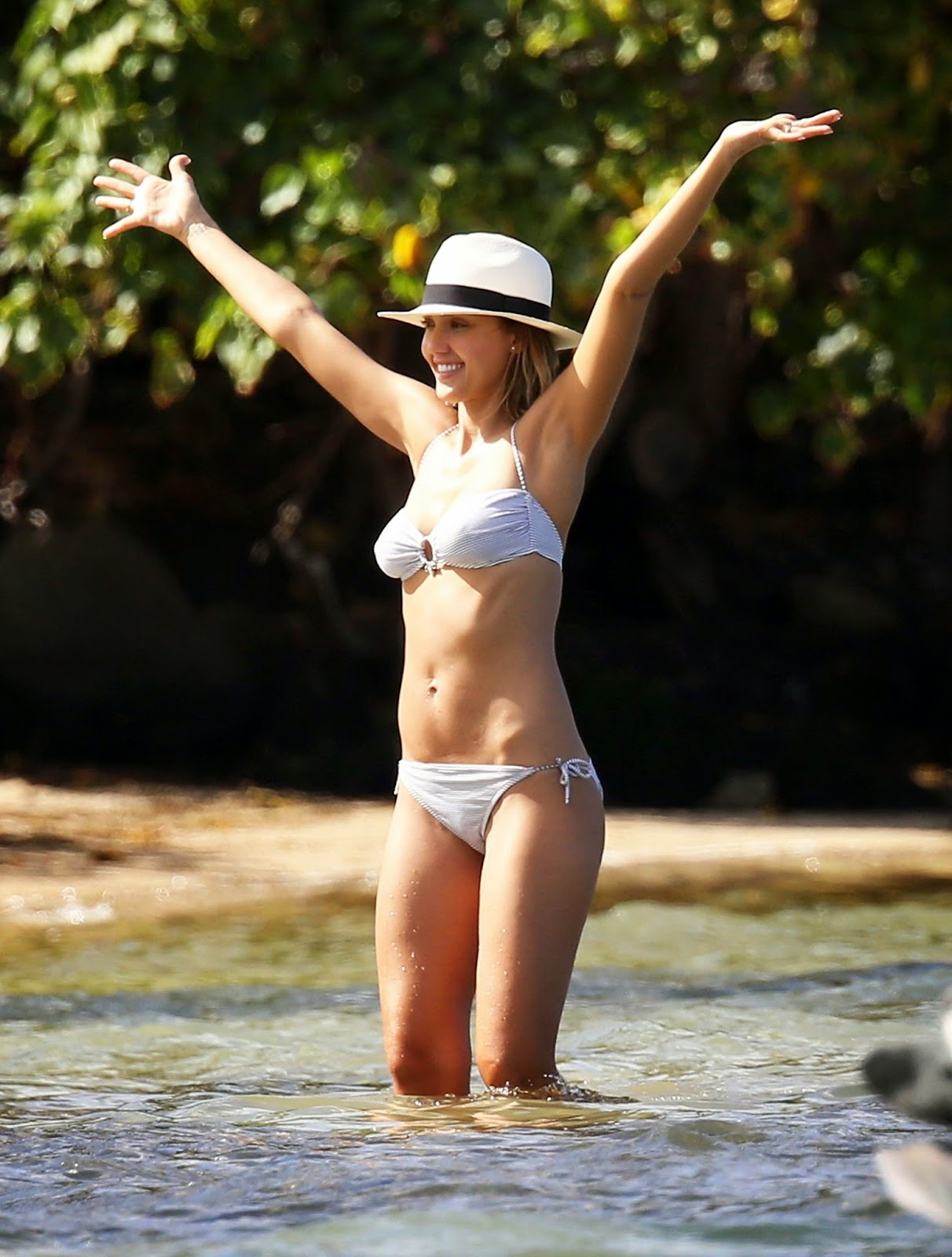 Jessica Alba Pose at the Beach