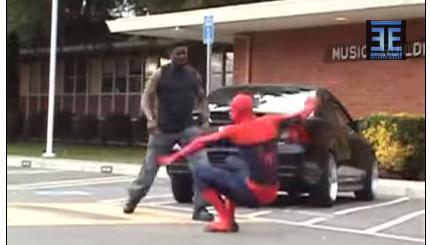 Marido tenta espancar mulher e apanha do spiderman