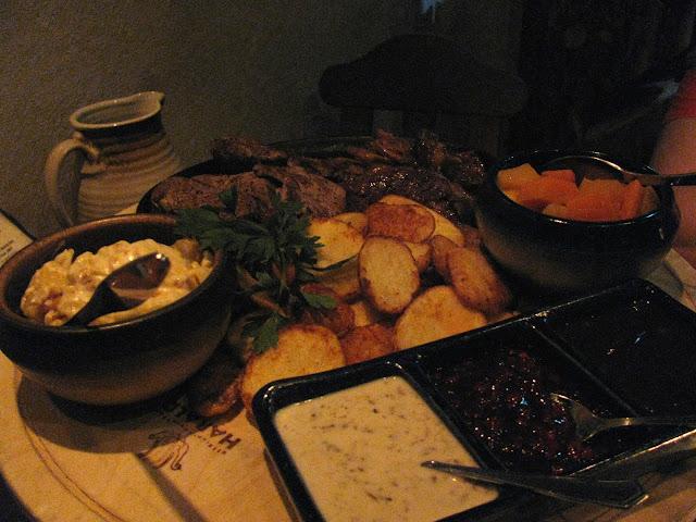 Lämpimien ruokien kilveltä löytyy puolestaan kolmenlaista lihaa.