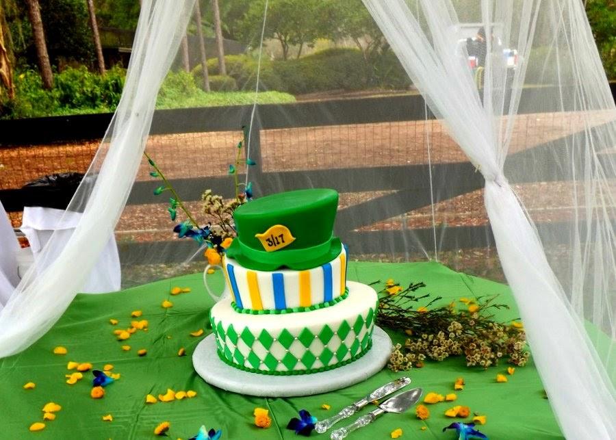 Centerpiece of the wedding was Sweet Tweetu0027s Topsy Turvy wedding cake under our hanging net canopy. & Queen Bu0027s Buzz Word: Alice in Wonderland Themed Wedding