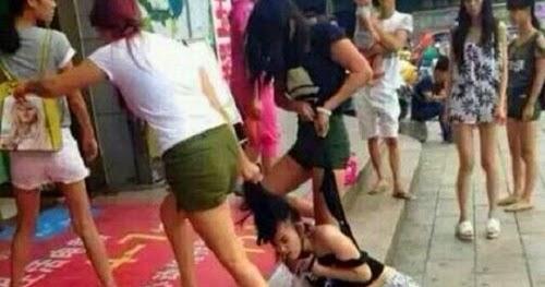 gempar wanita ini teruk dibelasah dan ditanggalkan
