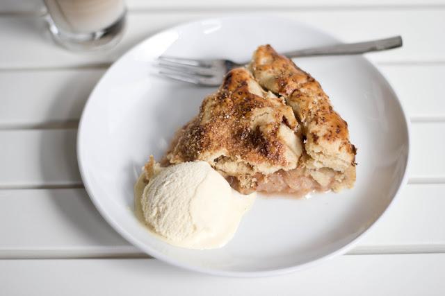 ein Stück frisch gebackener Apple Pie mit Vanilleeis