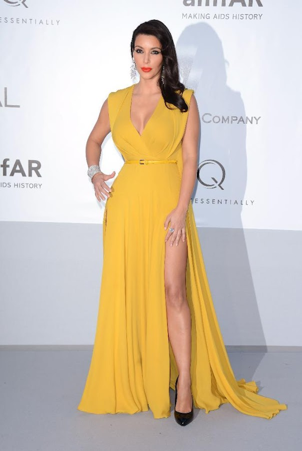 Kim Kardashian shows off her leg