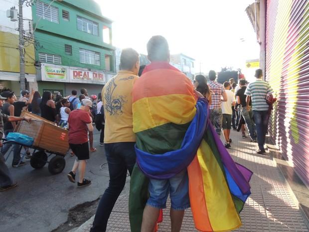 Participantes desfilam com a bandeira do arco-íris | Foto: Jenifer Carpani