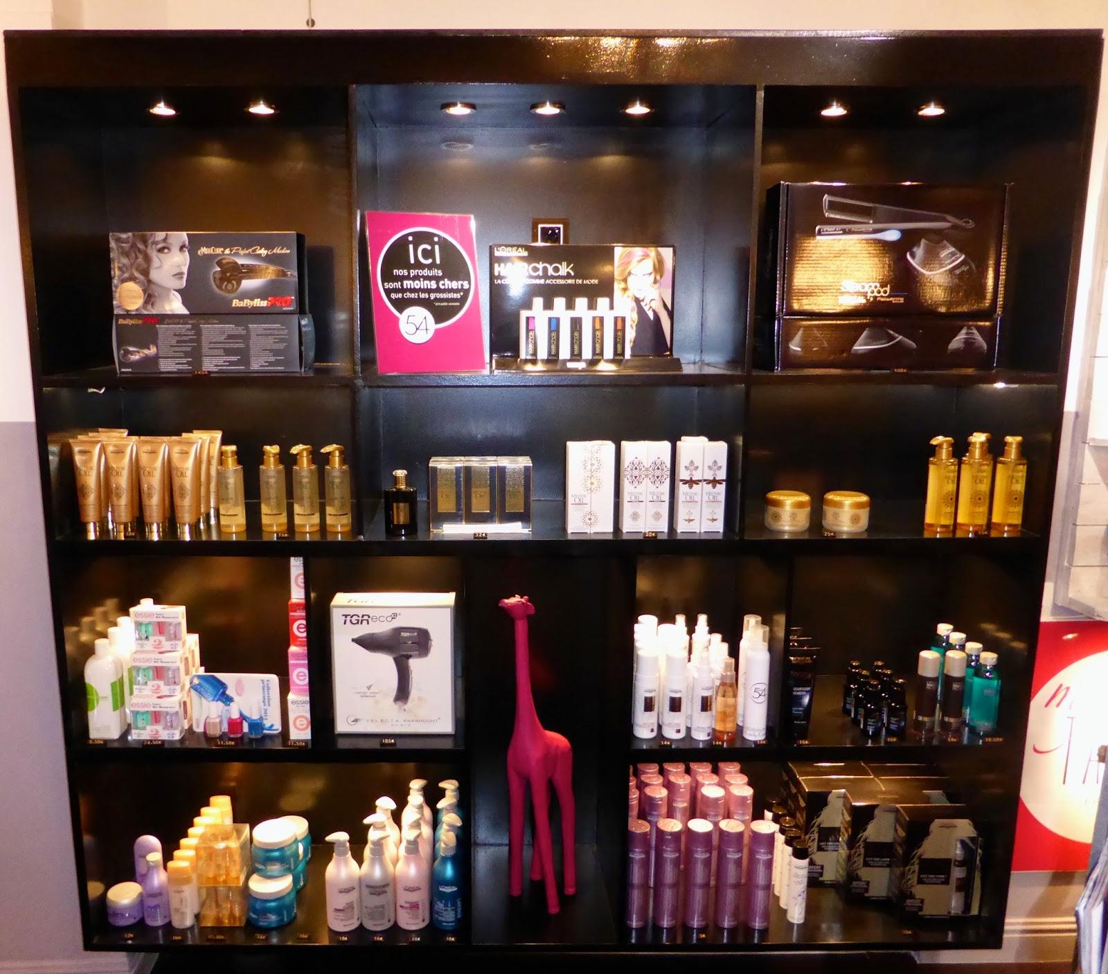 Voici notre meuble de présentation de nos produits L'Oréal Professionnel, Mythic Oil et Essie Pro.