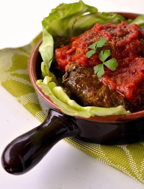 gołąbki z wieprzowiną w sosie pomidorowym
