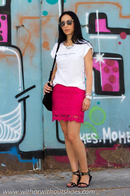 Falda de crochet rosa y camiseta con mensaje