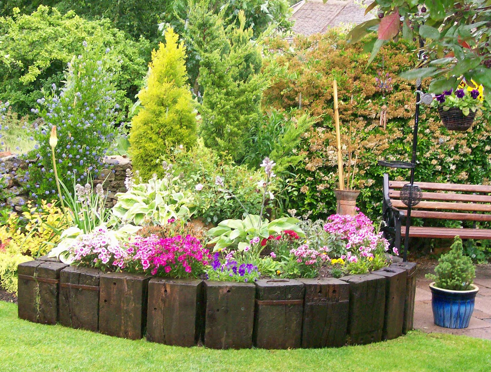 Flower border around tree garden landscape ideas for Garden flower bed ideas