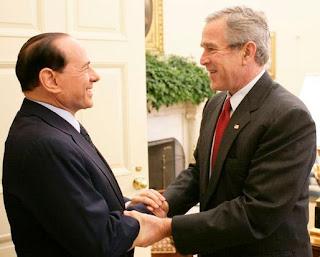 Berlusconi et Bush : notez cette magnifique complicité qui s'est installée entre les deux hommes