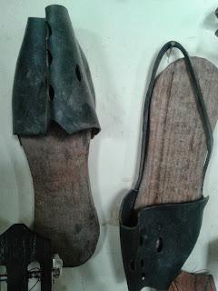 Pantuflas o chancletas de baño antiguas