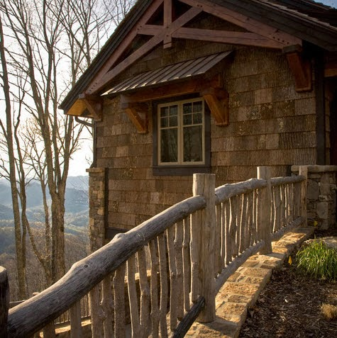 Cerco de casa rústico hecho de troncos de arboles