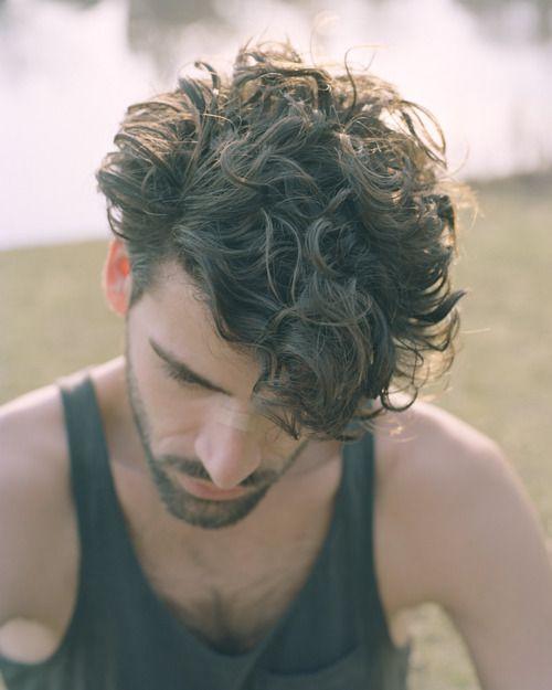 inspirate con las siguientes imgenes de cortes de pelo y peinados para hombres con pelo rizado
