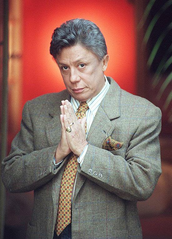 O estilista e apresentador de televisão Clodovil Hernandez, morto em 2009, em foto tirada em sua casa em 1996 (Foto: Roberto Delduque)