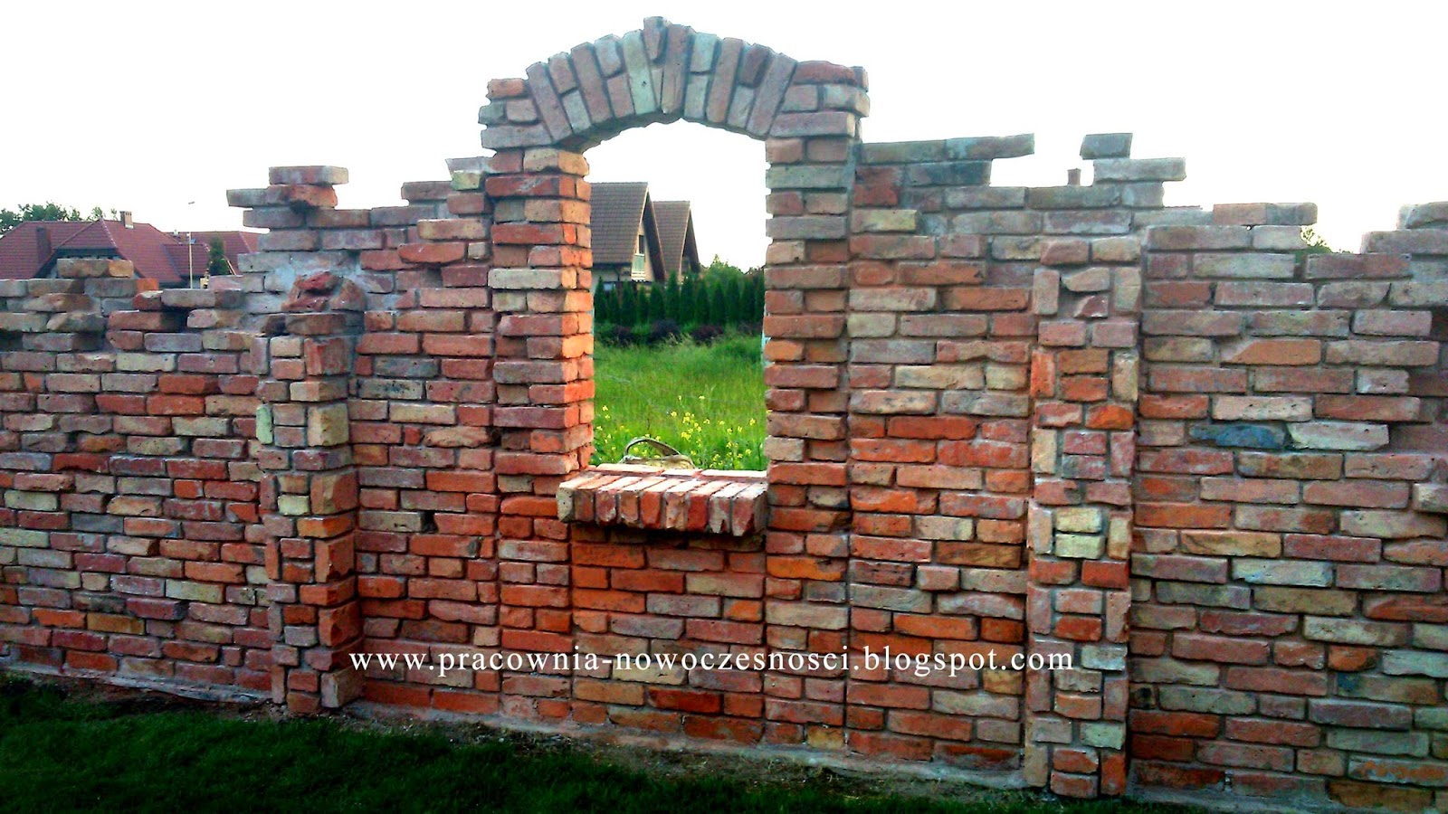 ściana ozdobna z cegły rozbiórkowej