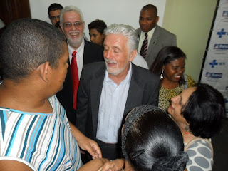 Mariene e Gustavo, jovem aspie, conversam com o Governador Jaques Wagner.
