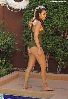 صور كورتني كارداشيان في ملابس السباحة في فيغاس
