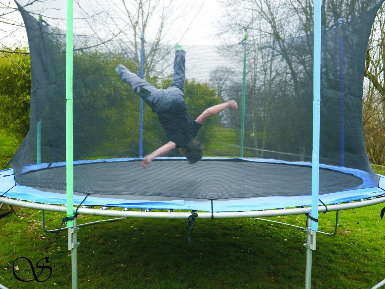 querschnitt vom garten regenw rmern trampolin und spargel. Black Bedroom Furniture Sets. Home Design Ideas