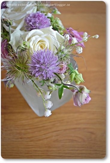 småbuketter i loppisvas, rosor liljekonvalj, akleja, gräslöksblommor