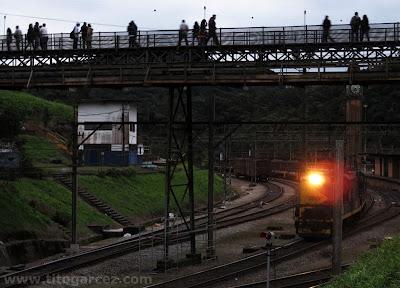 Passarela e antiga estação ferroviária de Paranapiacaba com tempo aberto