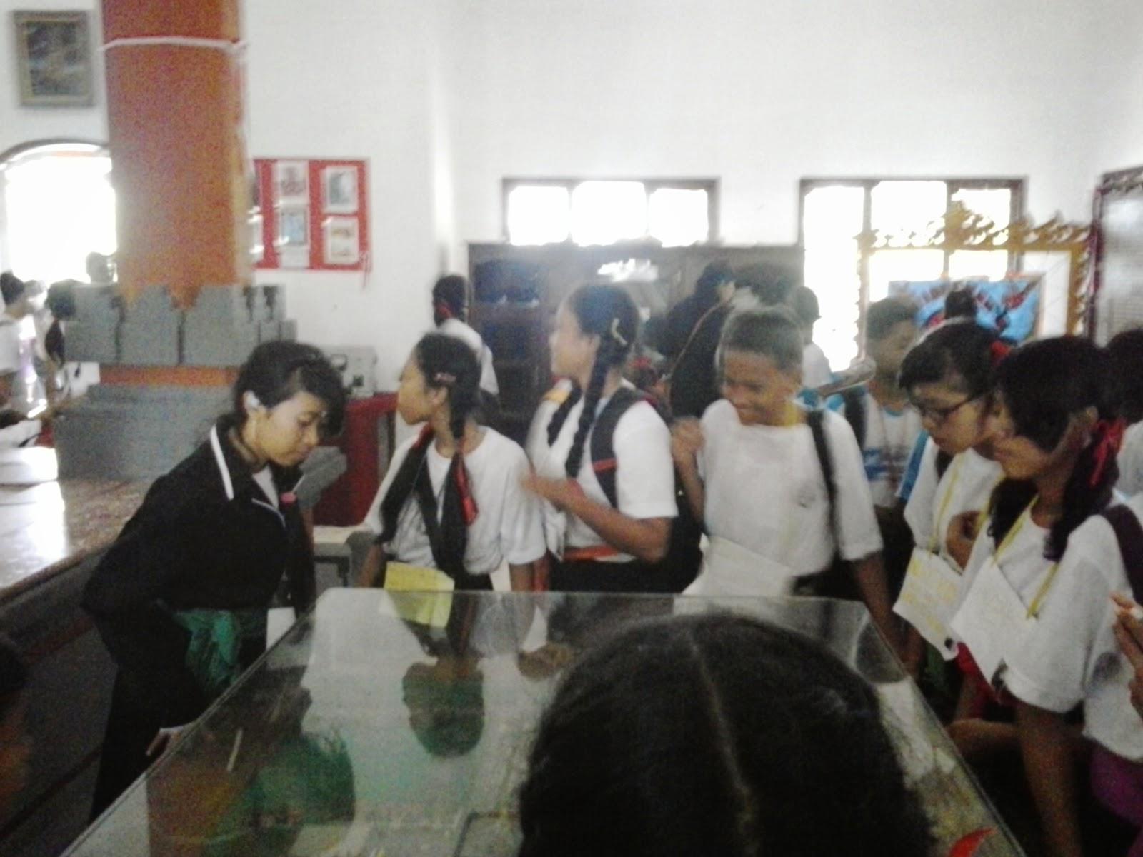 Para siswa sedang mengamati Peninggalan sejarah di Museum Puputan Margarana
