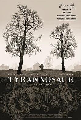 Ein Mann zwischen zwei laublosen Bäumen; unter ihm in der Erde, verschlungen in den Wurzeln der Bäume, das Skelett eines Tyrannosaurus