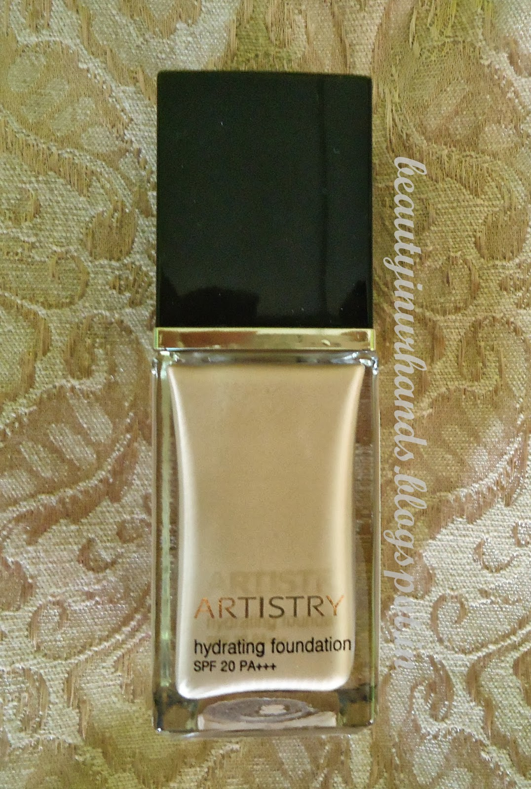 beauty in your hands  artistry hydrating foundation in