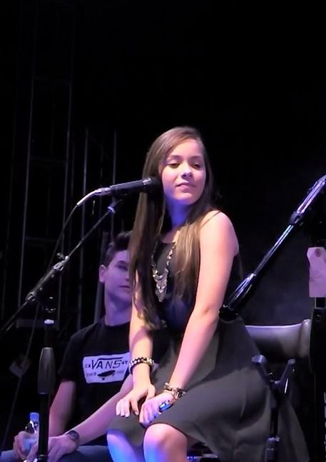 Angie Vazquez en vivo con vestido en posicion sexual | Ximinia