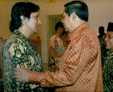 Presiden SBY dan Ikang Fawzi (Penyanyi Rock Indonesia & Land Developer)