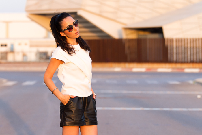 Blogger de moda valenciana con Look estilo urban chic con shorts de cuero