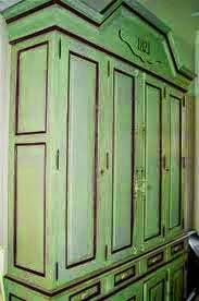 Molduras resaltadas en un armario pintado en color verde mint con ChalkPaint
