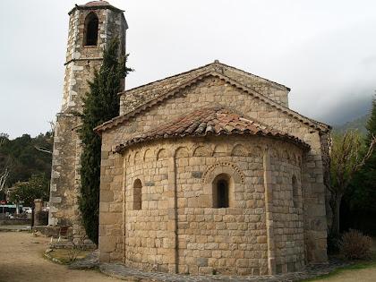 El campanar i l'absis de l'església de Sant Vicenç de Gualba