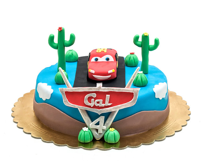 Cars fondant cake Lightning McQueen front shot
