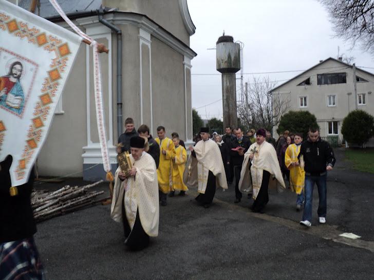 Обхід з іконою Воскреслого Христа на свято Пасхи довкола парафіяльного храму