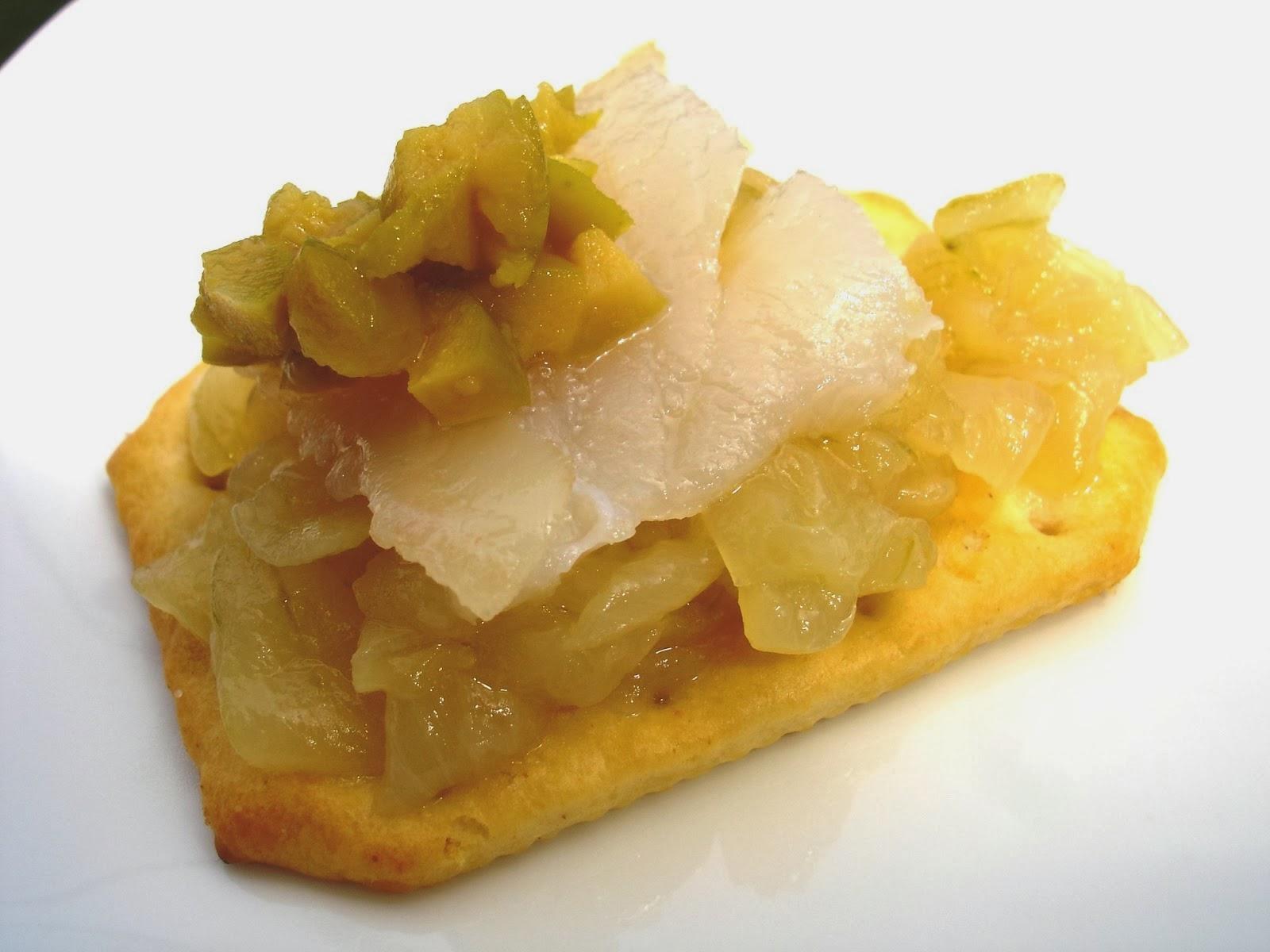 Pincho de cebolla caramelizada, bacalao y aceitunas