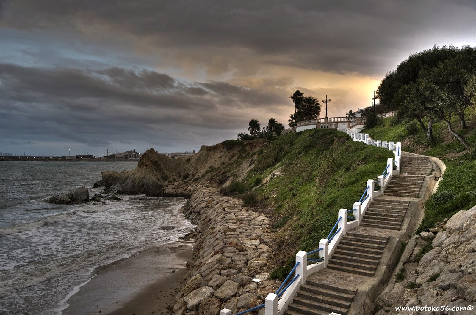 Vista desde el muro de contención de la playa de los Galeones en Rota