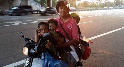 pengorbanan en reza membawa 3 orang anak bermotosikal