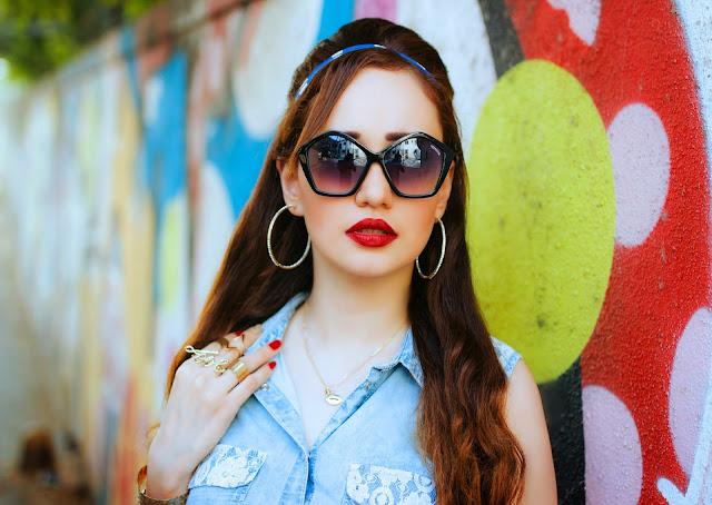Retro penatgon shaped sunglasses, midi-rings, red lips, hoop earrings