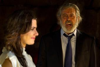 En la imagen Chete Lera con Antígona, que encarna Anna Allen.