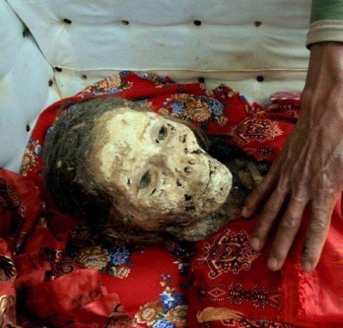 Cadáver de una mujer preparándolo para la fiesta